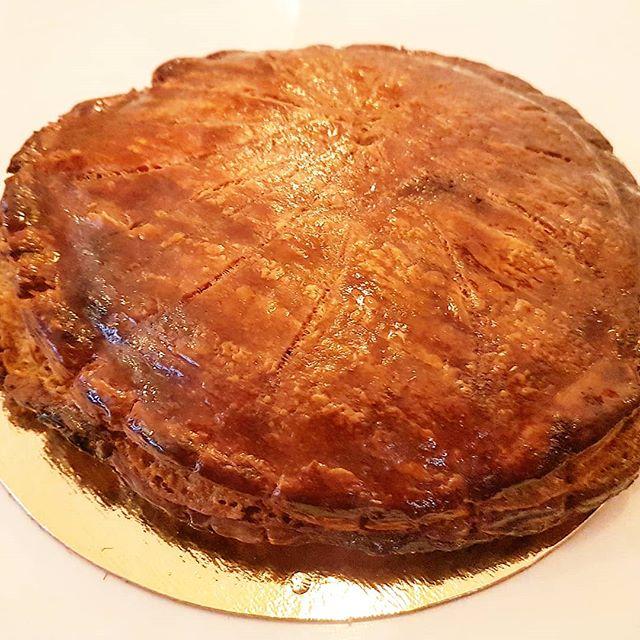 Oyé oyé, la galette des rois tant attendue est arrivée au Biosphère café.  ATTENTION : uniquement sur commande 72h à l'avance. Version pur beurre ou sans lactose. Taille unique de 6-8 parts à 28 euros  #sansgluten #sanslactose #galettedesrois #biosphere #galette #beurre #couronne #gâteau #feve #epiphanie