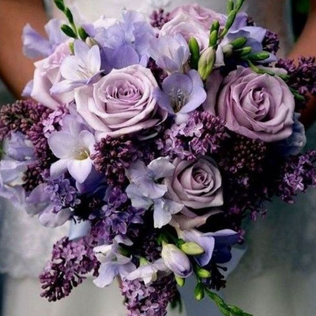 We love these colours and it's not one you see very often for flowers! #weddingflowers
