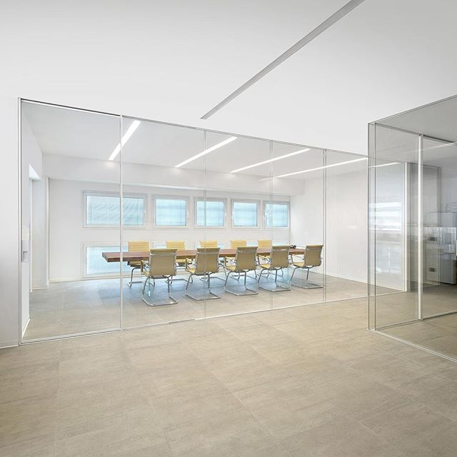 Would you work here? ⬜️ These sleek, modern, and minimalist glass office fronts are more than meets the eye. Available with single or dual glazing, curved glass, electric doors, and switchable privacy glass - your opportunities for design are endless. —————————————————— ✍️ Contact Design Strategies for details, samples and more: @designstrategies