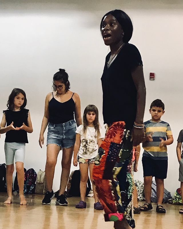 Learning Afro Beat(s) dance w/ artist Afi Bijou. So FUUUNNN 🙌🏽 Thank You Afi for sharing your talent and awesome energy with our CAMPers ✨💛💛💛 ••••••••••••••••••••••••••••••••• (Scroll ⬅️) @williamsburgcamp
