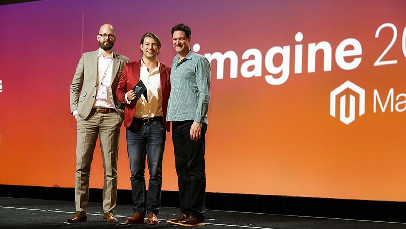 Caspar en Tjitte nemen de Best B2B User Experience award in ontvangst.