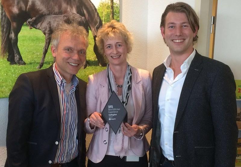 Sytie Dijkstra ontvangt op het kantoor van Gallagher Europe de Best B2B User Experience award