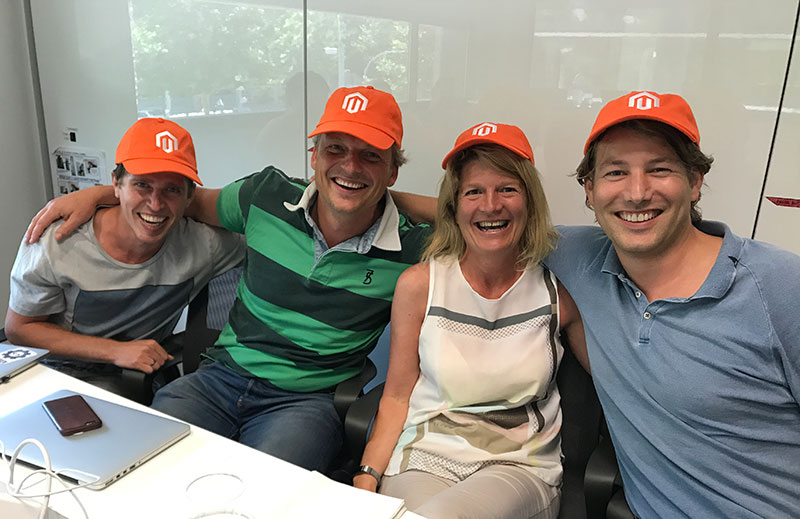 Vol trots als winnend team op de foto, v.l.n.r.: Juran (MediaCT), Ard (Kega), Carol (Salmon) en Tjitte (MediaCT).