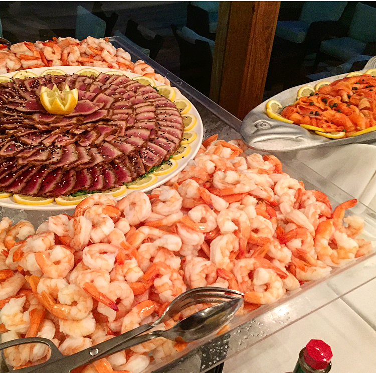 No one can complain about this seafood spread. Obviously I was one of the first ones to take on the buffet. Someone's got to do it...