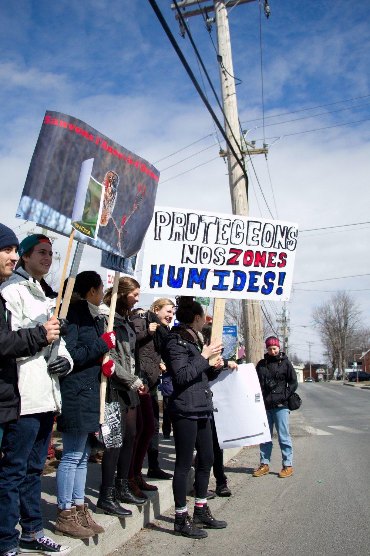 Le 22 mars 2016, dans le contexte de la journée mondiale de l'eau, les étudiantes et étudiants se rassemblent en avant du Cégep pour scander des slogans pour la préservation des milieux humides !