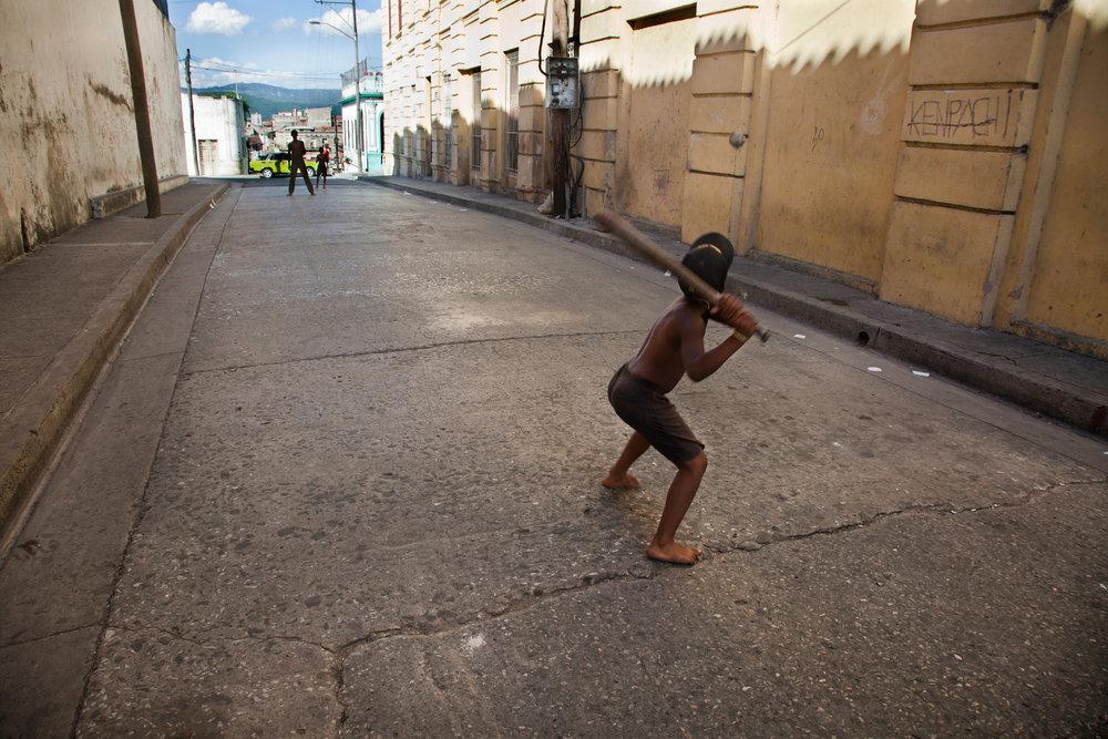 Kids-play-baseball-in-the-streets-Cuba.jpg