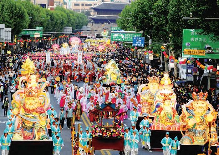 연등행렬 - 음력 4월 8일 부처님오신날을 기념하기 위해 열린다.