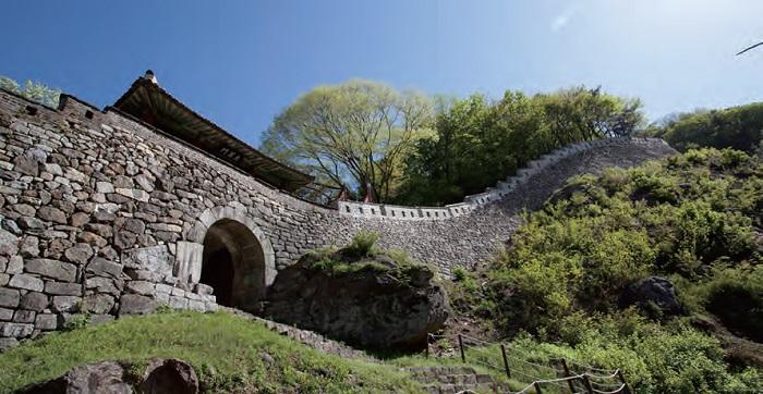 남한산성 - 7~19세기 축성술의 시대별 발달단계를 잘 보여주는 산성으로 조선시대 임시수도 역할을 하였다.