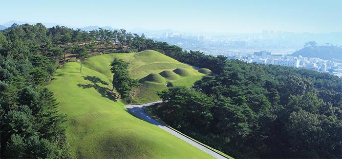 송산리고분군 -웅진시대(475~538) 백제 왕과 왕족의 무덤으로 현재는 무령왕릉을 포함, 1~6호분까지 7기가 복원되어 있다.