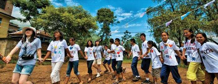 자원봉사자들과 네팔 카트만두의 학생들 모습 - 정부차원의 국제협력뿐만 아니라 민간단체들의 자원봉사 활동을 통해서도 대한민국은 세계 시민의 일원으로서 그 역할을 해내고 있다.