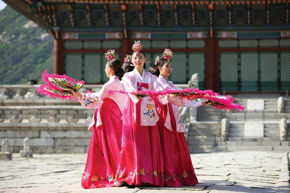 부채춤 - 전통의상인 한복을 입고 부채로 아름다운 모양을 구사하며 추는 전통 민속춤