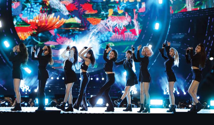 한국 여성 가수 최초로 유튜브 뮤직 비디오 3억뷰 돌파 기록을 세운 트와이스(아래)