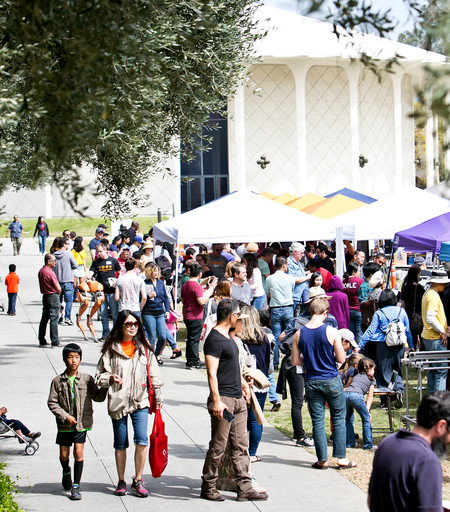 Participating groups, including several from campus and JPL as well as the Natural History Museum of Los Angeles County, Pasadena City College, and the Los Angeles Zoo, hosted dozens of booths.  Photo: Leah Lee for Caltech