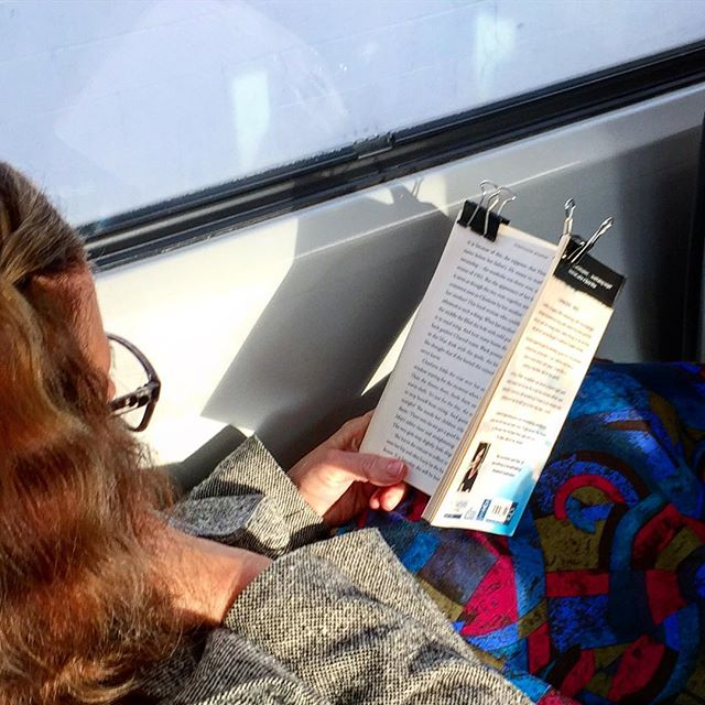 Just spotted this technique on the train - not sure what the reasoning is? Wouldn't it make turning pages really annoying? 🤔🤷🏽‍♀️🕵🏽‍♀️ #trainreading #booksofinstagram #pageturner #bullclip