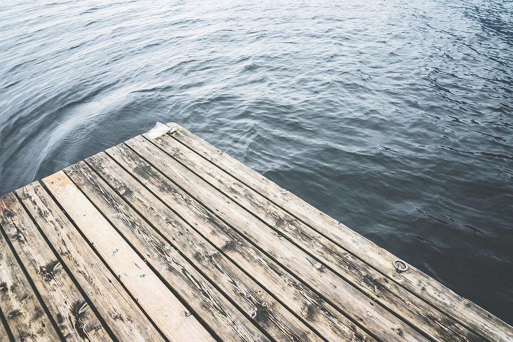 minimalistic-shot-of-a-wooden-pier-on-a-lake_free_stock_photos_picjumbo_dsc00789-1570x1047.jpg