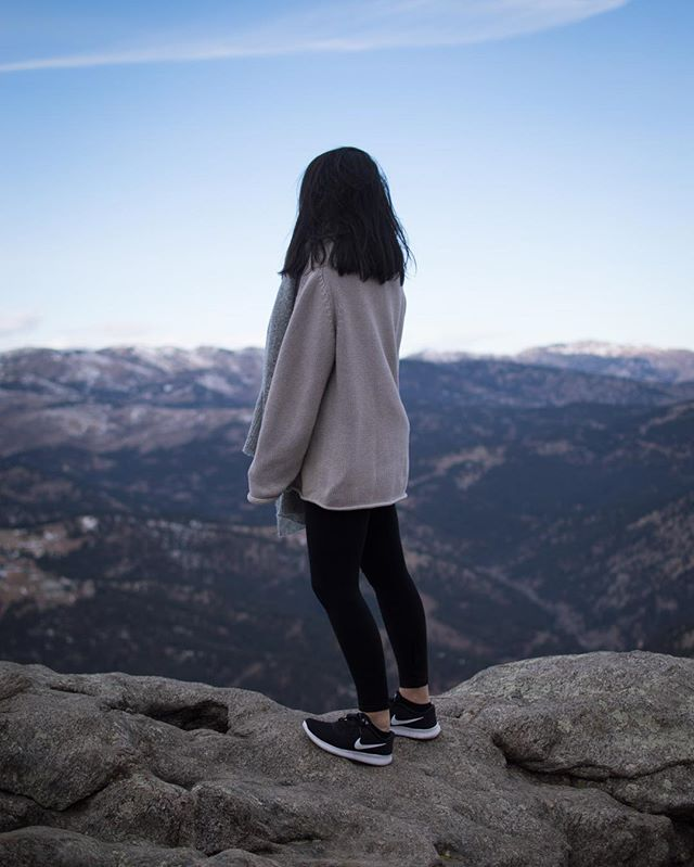 Check out mkatec.com to read up about some mtns👣 Photos by @dannyheitmann • • • • #mountains #boulder #colorado #athleisure #athleisurewear #lostgulchlookout #jcrew #nike #asos #citytomountains #fashionblogger #collegeblogger