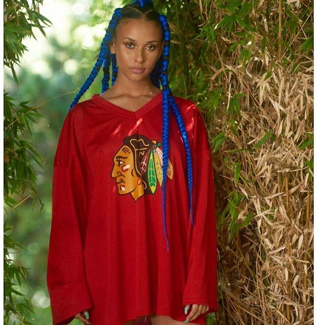 Retro Blackhawk jersey is a must! www.aratribe.com 🕹 . . . . . . .  #blackhawks #vintage #fashionblogger #fashionweek #gardengangstas #california #losangeles #lagosisland #oldschool #melanin #style #fashion #bloogers #nigeriablogger #styleinlagos #bodysuits #natural #chicagoblackhawks #hockeyjersey
