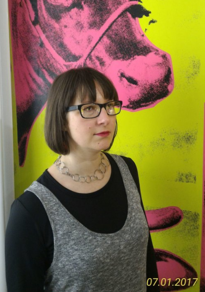 詹妮弗·弗森贝尔 - 是一位作家、编辑和创造性合作者。她在明尼苏达大学获得创意写作硕士学位,期间担任Dislocate文学杂志的主编。她的诗歌在美国、越南和中国出版物中均有发表,包括AJAR, Posit, Small Po[r]tions和Spittoon。她还参与翻译了两本越南诗集:Hữu Thỉnh的Wild Under the Sky (2015) 和Trần Quang Quý的The Human Field (2017)。