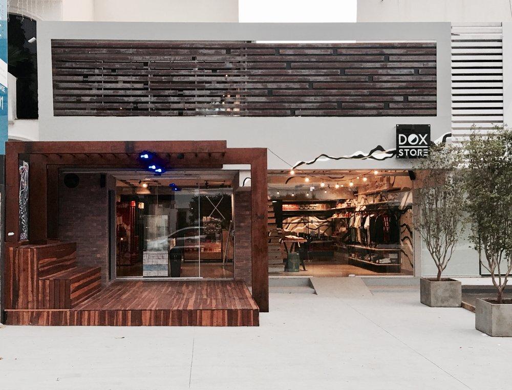 Bem vindo a Dox  - A Dox é o primeiro modelo de negócio em Goiânia que oferece um espaço de trabalho compartilhado no modelo Coworking integrado a uma loja e conveniência, que ainda promove workshops, cursos e eventos colaborativos visando tanto o enriquecimento cultural como o profissional/pessoal. Acreditamos na troca de experiências para nossa total evolução.