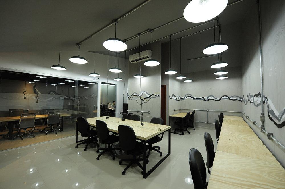 Dox Lab Coworking - Um coworking é um local de trabalho compartilhado, com vários espaços que podem servir a seus propósitos profissionais. É como se você trabalhasse em uma empresa, mas cada pessoa que está lá trabalha para uma empresa diferente (ou para si mesmo). A lógica do coworking é compartilhar espaços e infraestruturas que não são utilizados todo o tempo se você tem uma empresa própria, como uma sala de reuniões, por exemplo, uma sala de reuniões de uma empresa não é usada todo o tempo. No coworking, essa sala de reuniões é compartilhada, ou seja, maior aproveitamento do espaço e menos custo para quem a utiliza, pois você só paga pelo tempo que usa. O mesmo acontece com impressoras, scanners e toda a estrutura.O DOX LAB Coworking é o primeiro espaço inteligente de Goiânia que traz toda a inovação de Coworking. Um espaço colaborativo com capacidade para 29 pessoas dispostas em estações de trabalho e conta com 2 salas de reunião que também podem ser utilizadas para treinamentos, cursos, palestras, eventos pessoais ou corporativos e workshops.