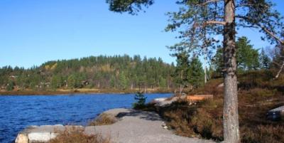 Tilrettelagt fiskeplass ved det populære fiskevannet Rundatjønn