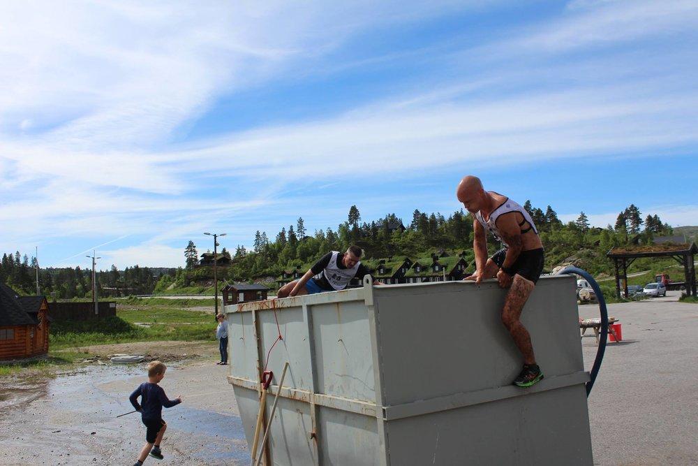 En container fylt med iskaldt vann måtte de gjennom rett før innspurten. Innspurten gikk opp familiebakken nok en gang også ned igjen i mål på bunnområdet).