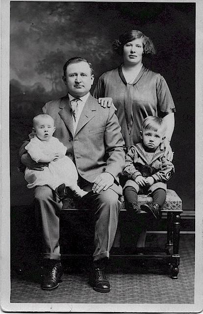 andrew_isabella_mickus_son_albert_daughter_mildred_1925.jpg