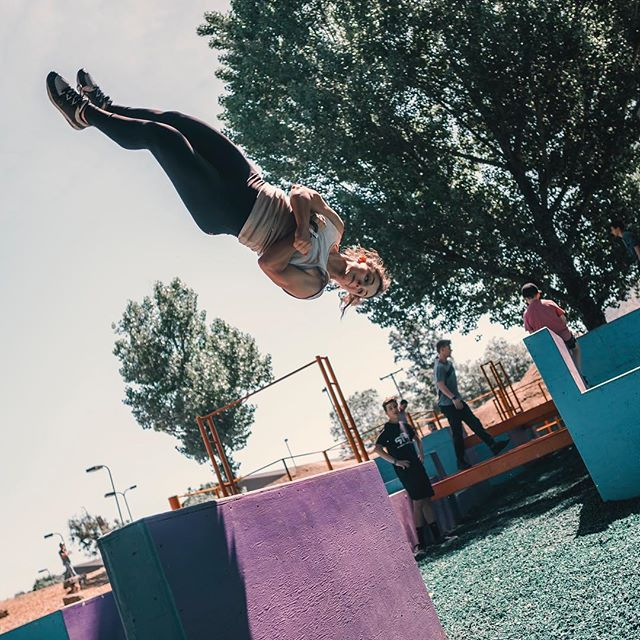 ☀️'s out, upside down 🔫's out! 🏃🏻‍♀️: @sydneyolson1 📸: @gshunia #tmpst #girlfreerunner #parkour #freerunning #girlgang #blackandwilds