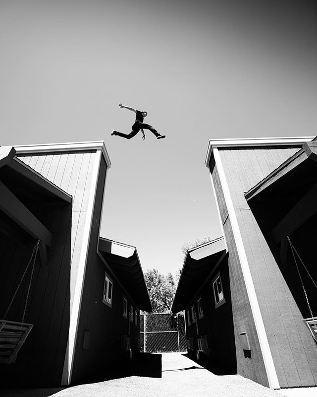The quickest way between two buildings is up...or maybe it's just the best looking? 🤷‍♂️ 🏃🏻‍♂️: @jesselaflair 📸 : @zyrken #tmpst #laflairsintheair #parkour #freerunning #laflairlaceuptour