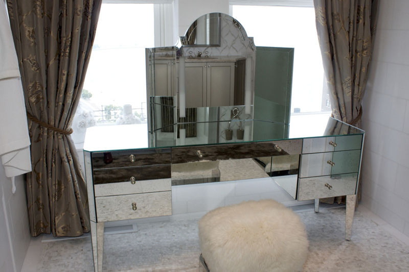 Mirrored Dressing Table Eglomise mirror clad dressing table with integrated LED lighting.