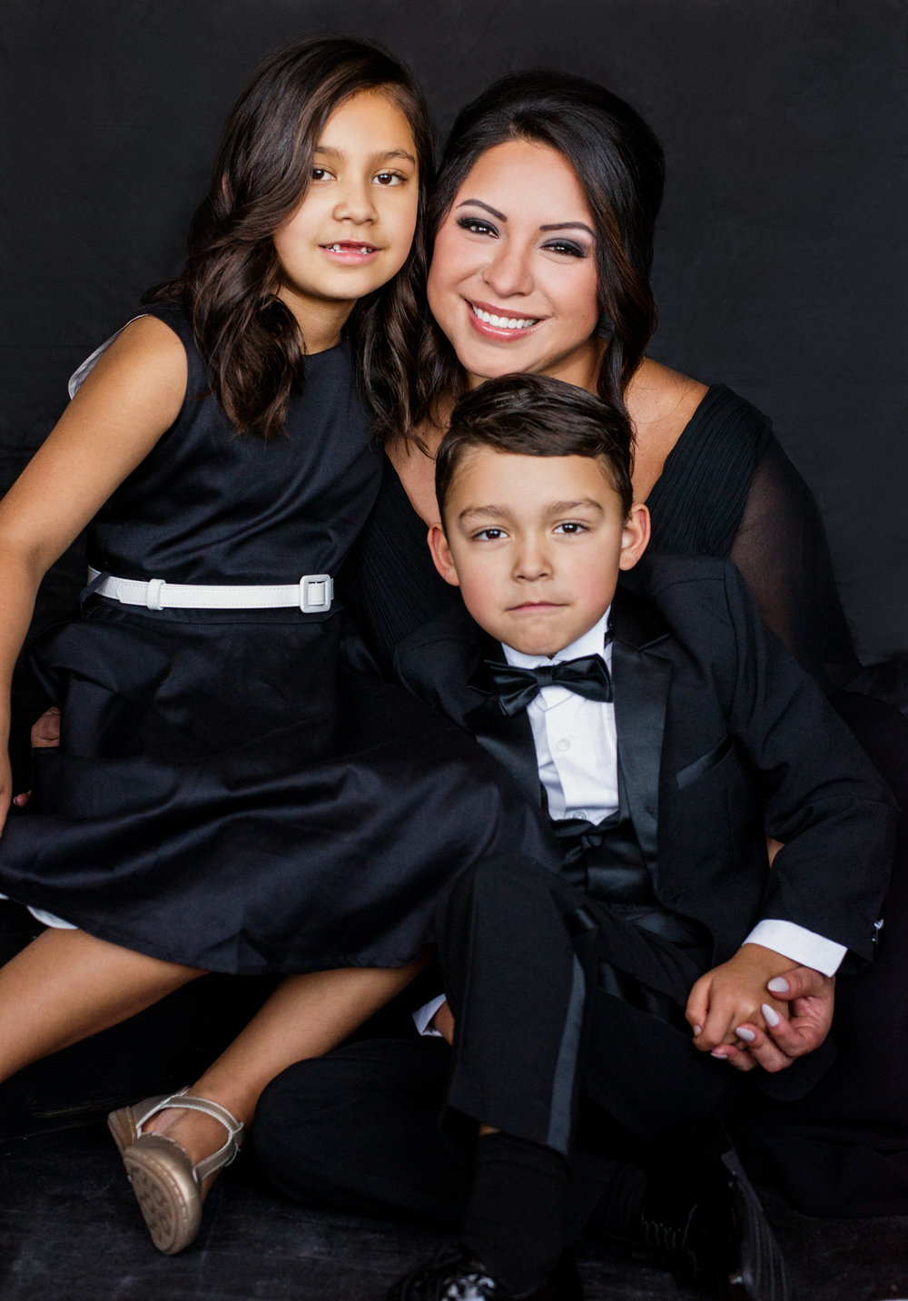 20 minute photo session - For your family with your choice of a dark and classy backdrop or bright and airy! Did we mention you will get to choose your photos immediately after your photo shoot?