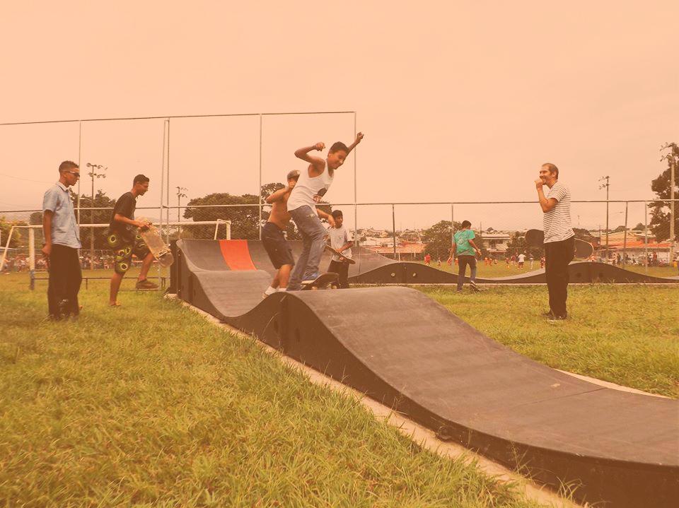 Skateboarding para la paz en el skatepark de Walmart. Kako es el adulto que sale todo feliz ahí a la derecha.