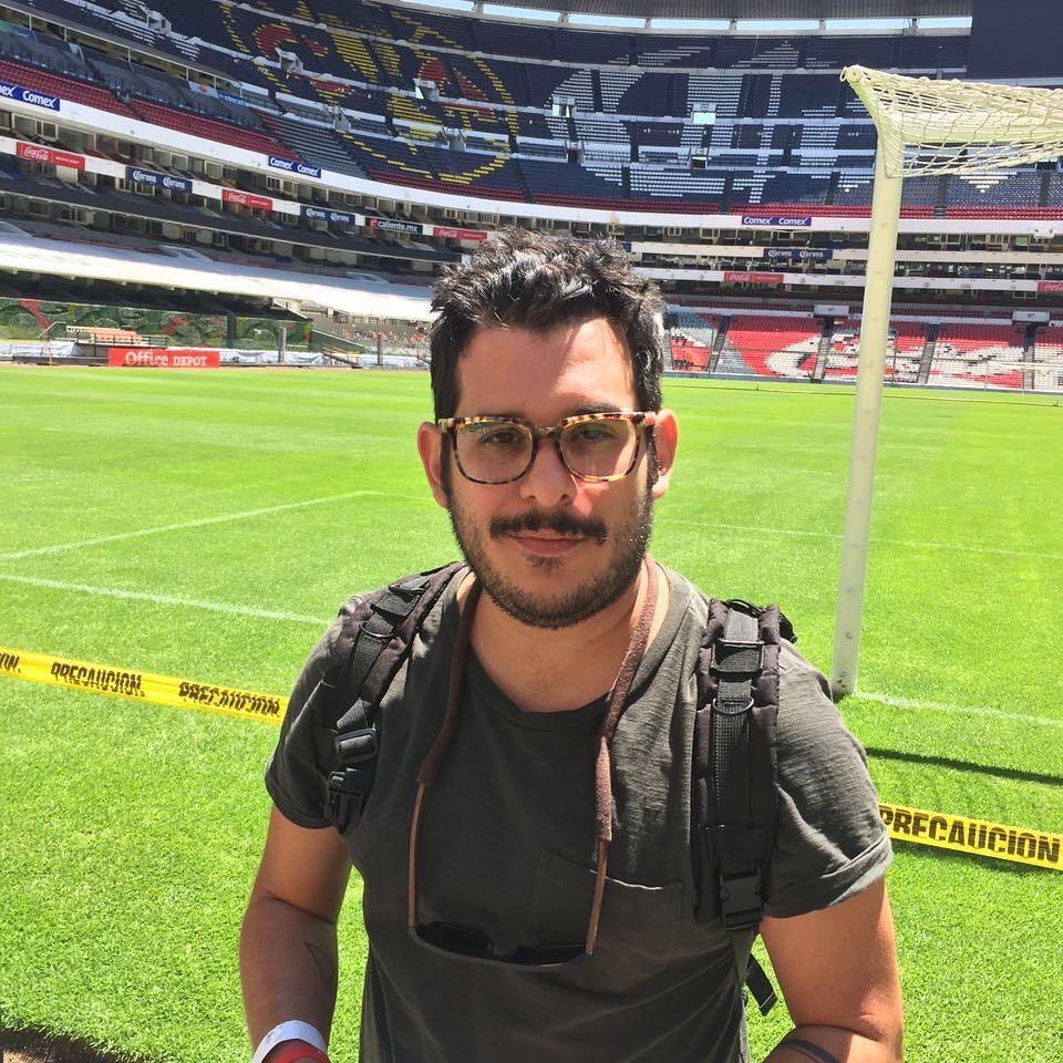 Aqui jugando de pichota en la gramilla del estadio Azteca. Con la fe de que sembremos la yuca. Foto: @borisalonsososa #fashionblogger #quebonitoseryo #ElTripazo #actitudsele