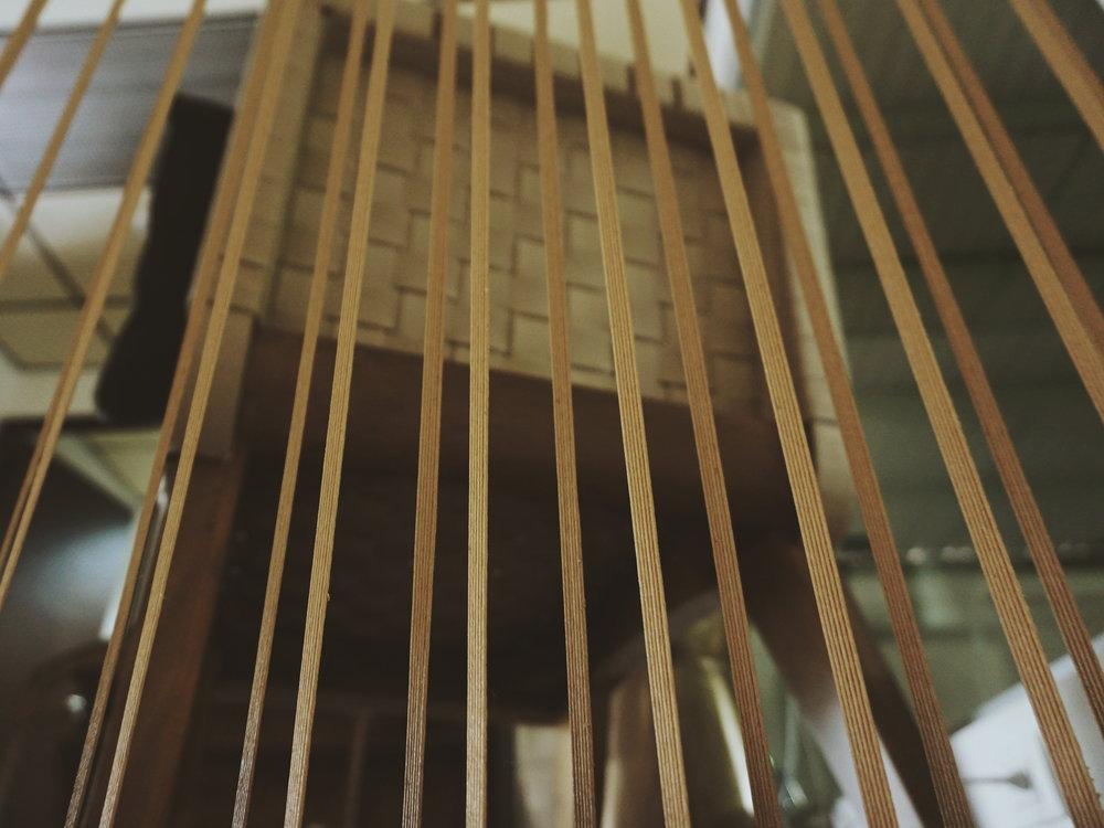 Tiras de papel japonés adornan y separan espacios en Arca|Deco