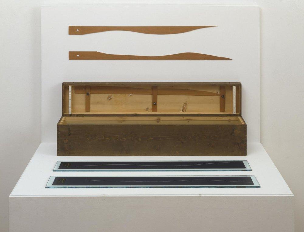 """""""3 Standard Stoppages"""", 1913-1914, Marcel Duchamp.   En esta obra el autor genera 3 representaciones propias del metro a partir de la medida del metro estándar."""