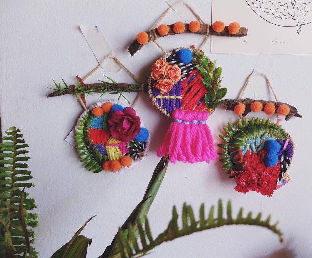 bordados con pompones, flores de tela y hojas de plástico. imagen cortesía de la artista.