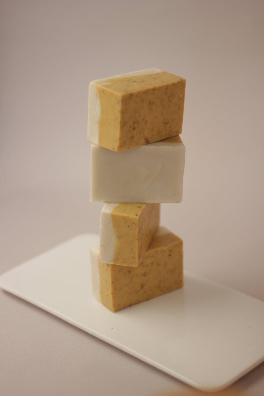 jabón corporal de día, con ingredientes como pétalos de manzanilla, arcilla caolín y aceite esencial de eucalipto | foto cortesía de loess
