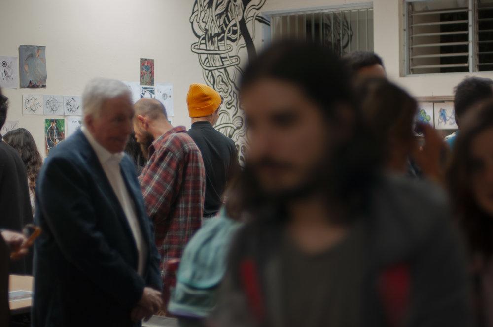imágenes del llenazo que fue la noche de la inauguración de la muestra colectiva de pintura | imagen cortesía de francis cuaresma