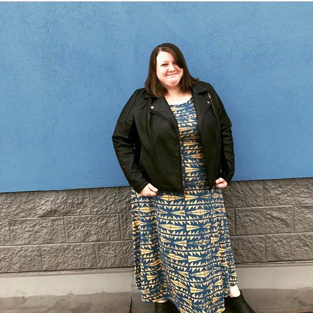 Ok this is a perfect example of using the killer backgrounds around you!! 👏🏻👏🏻 to @lularoeashleyandmersadies for using the #walmart wall as a stunning blue backdrop. Go get it girl!