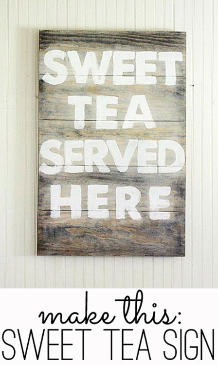 破旧的小溪小屋在这里提供甜茶招牌