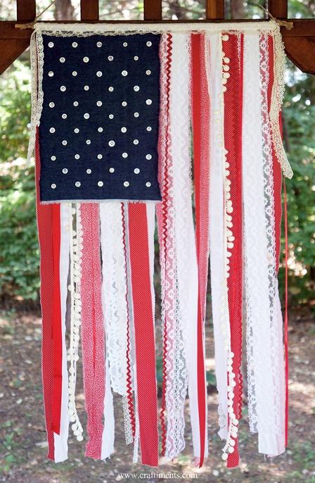 工艺的爱国丝带花边和织物废料旗