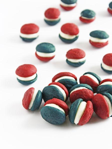 如果您给金发女郎厨房的话,红色白色和蓝色迷你Whoopie馅饼