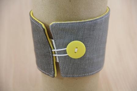 灰色和黄色咖啡杯套-CraftyStaci