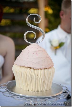 贝拉纸杯蛋糕巨无麸质切蛋糕上狡猾的探球网