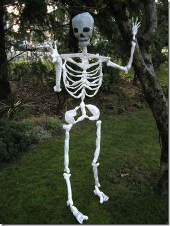 万圣节骷髅由好奇缠结的塑料购物袋制成