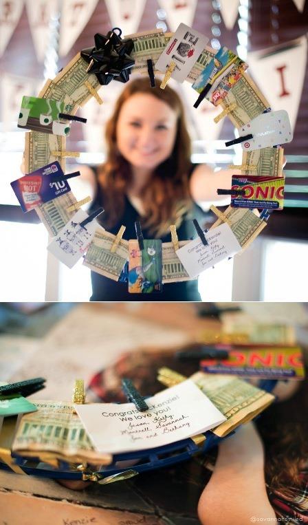 萨凡纳的钱和礼品卡花圈微笑