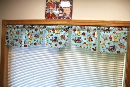 带有迷你百叶窗的窗帘板
