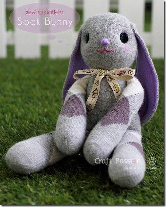 手工制作的垂耳短袜兔子