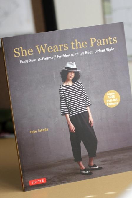 她穿裤子的书的封面