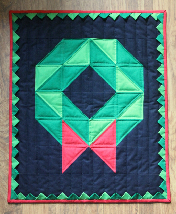 Christmas Wreath Quilt on CraftyStaci.com #christmasquilt